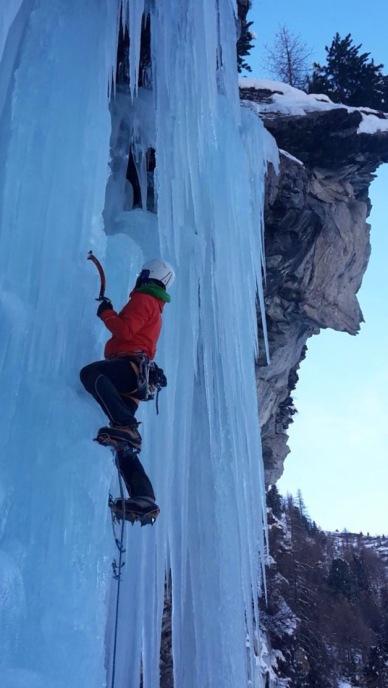 ice climbing aosta valley mountain guide stefano glassier cascate di ghiaccio cone valpelline guida alpina courmayeur